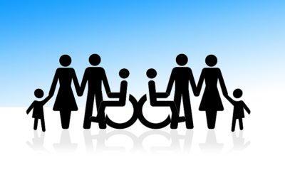 Symbole Rollstuhlfahrer und stehende Personen Hand in Hand