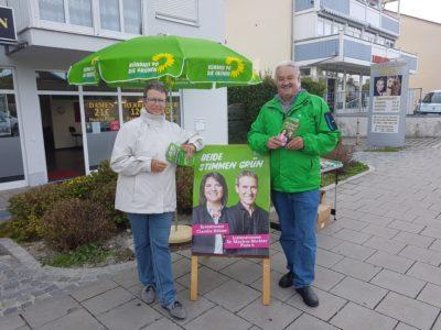 Martina Kreder-Strugalla und Wolfgang Schmidhuber am Infostand in Riemerling