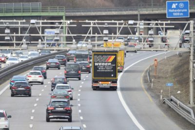 Autobahn bei Hohenbrunn von einer Brücke aus gesehen.