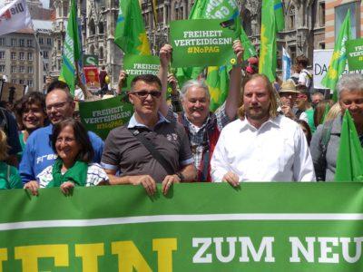 Grünes Banner beim Auftakt der Demonstration mit Toni Hofreiter und Wolfgang Schmidhuber