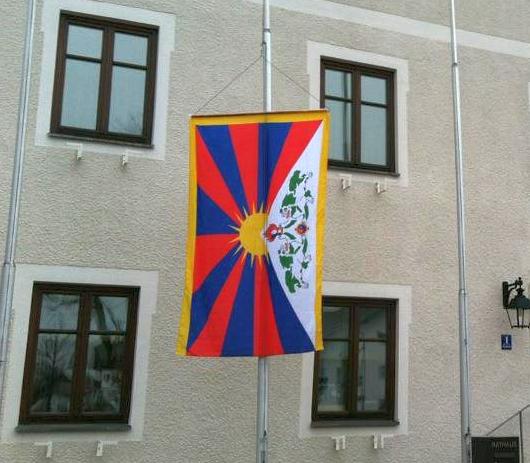 Tibet-Fahne vor dem Hohenbrunner Rathaus