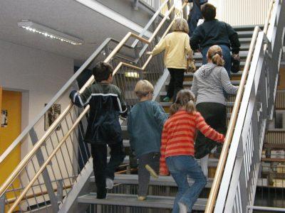 Schulkinder auf Treppe